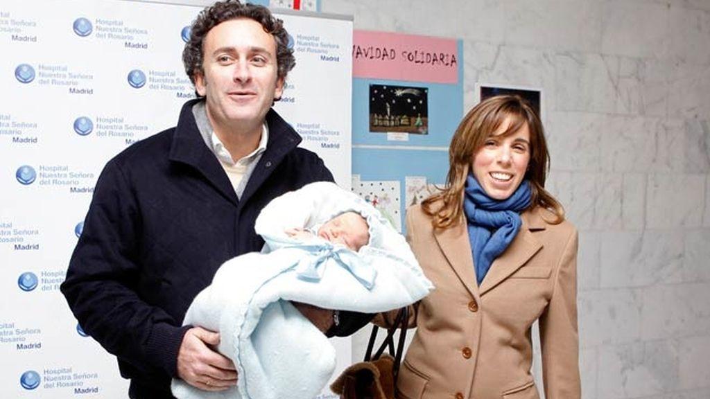 Ana y Alejandro presentan a Alonso, el último miembro del clan Aznar