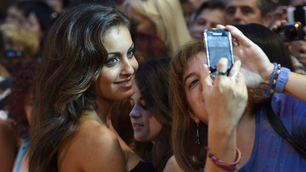 Hiba Abouk y su 'momento selfie' con el público que la esperaba