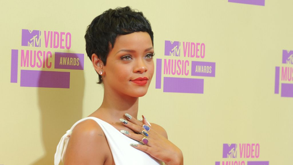 Rihanna, estrenando nuevo look en la gala VMA