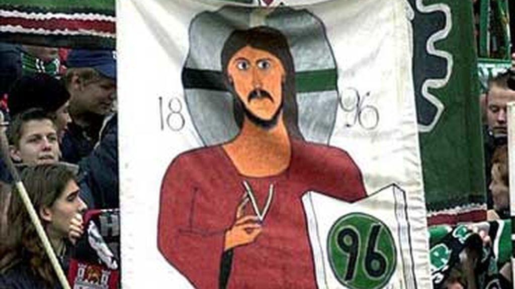 Una pancarta en el fondo del campo del Hannover. Foto: EFE