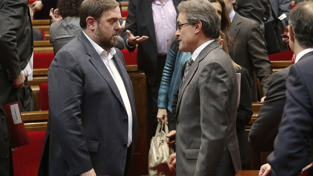 Oriol Junqueras y Artur Mas se saludan durante una sesión del Parlamento de Cataluña