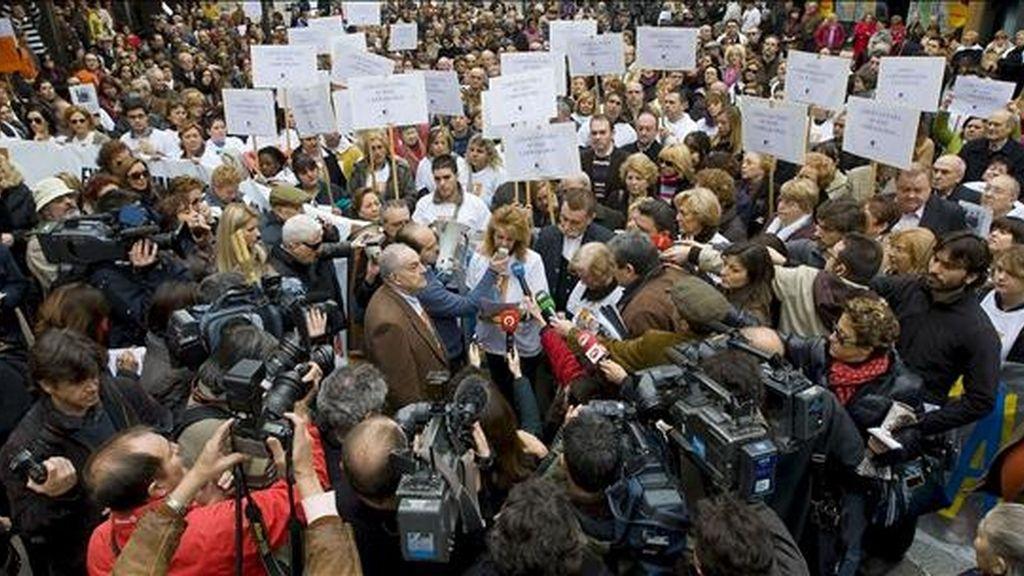 Vista general de la manifestación, celebrada hoy ante el Consulado estadounidense en Valencia, en apoyo a María José Carrascosa, la abogada valenciana condenada en EEUU a 14 años de prisión por un conflicto sobre la custodia de la hija que tuvo con un norteamericano, para reclamar su libertad. EFE