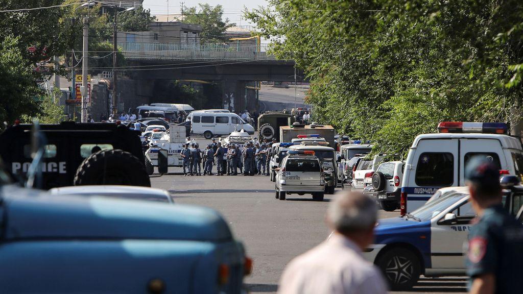 Un grupo armado secuestra una comisaría en Armenia