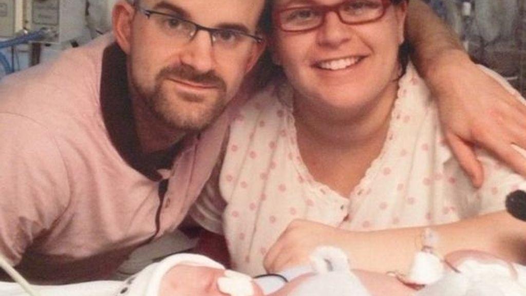 La familia con el bebé recién ancido
