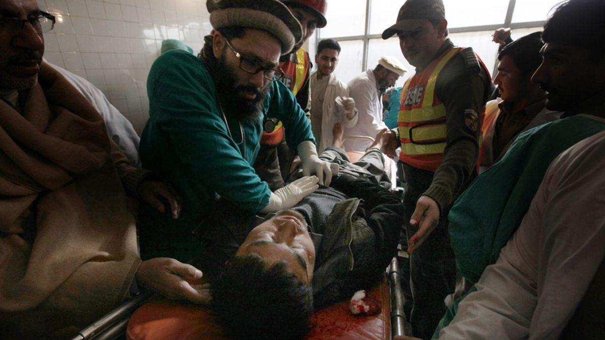Decenas de muertos en el asalto armado a una universidad de Pakistán