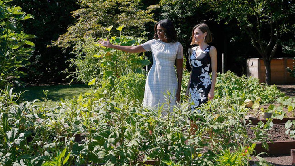 Michelle le mostró su famoso huerto eco, que cuida dentro de su campaña 'Let's move'