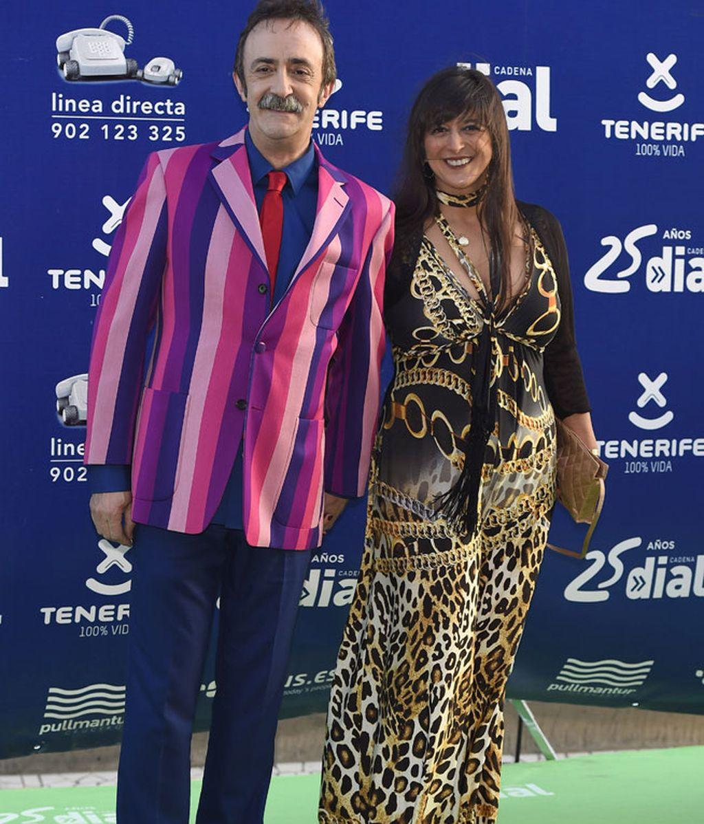 Santi Rodríguez con una llamativa americana y su pareja
