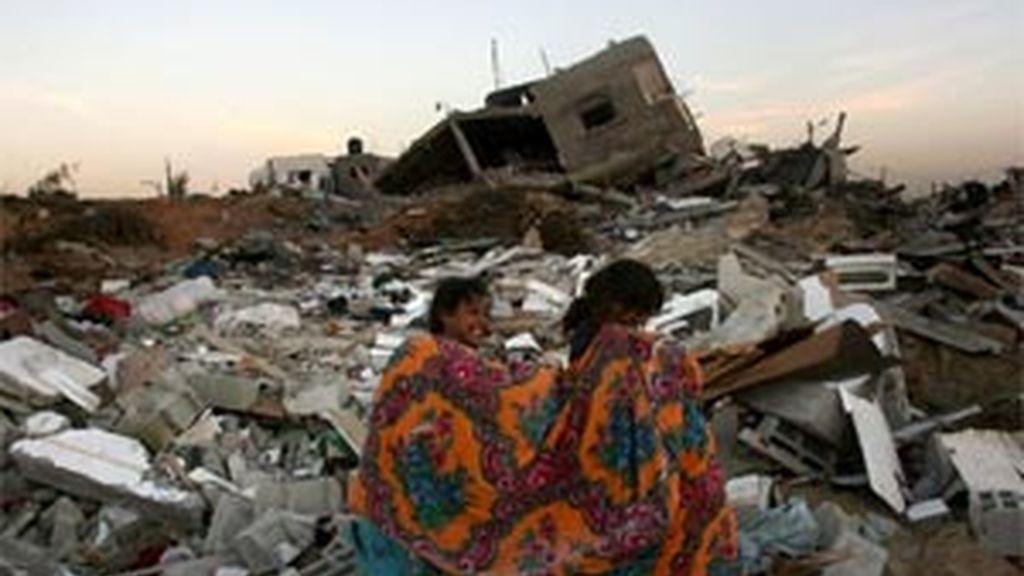 Dos niñas palestinas caminan entre los escombros de los que fueran sus casas en la localidad de Johr al Deek. Foto:EFE