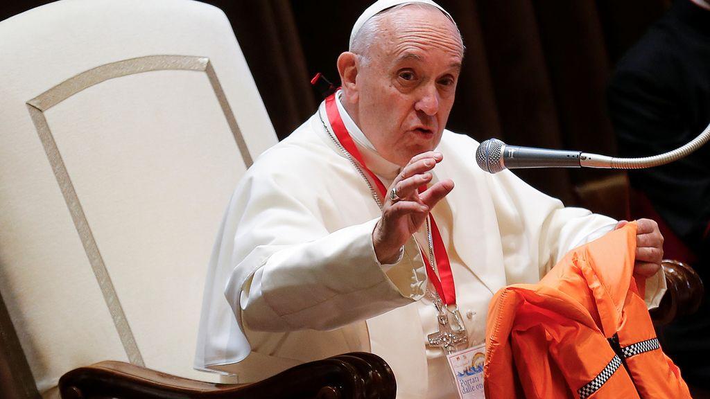 El Papa Francisco da una charla con el chaleco salvavidas de un refugiado
