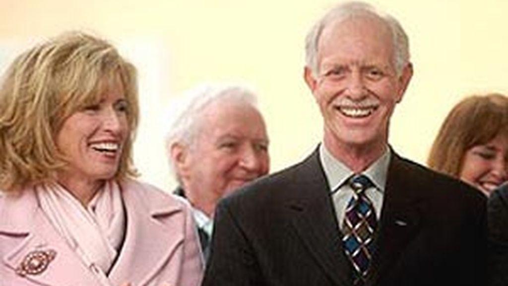 El capitán Chesley 'Sully' Sullenberger III junto a su esposa. Foto: EFE.