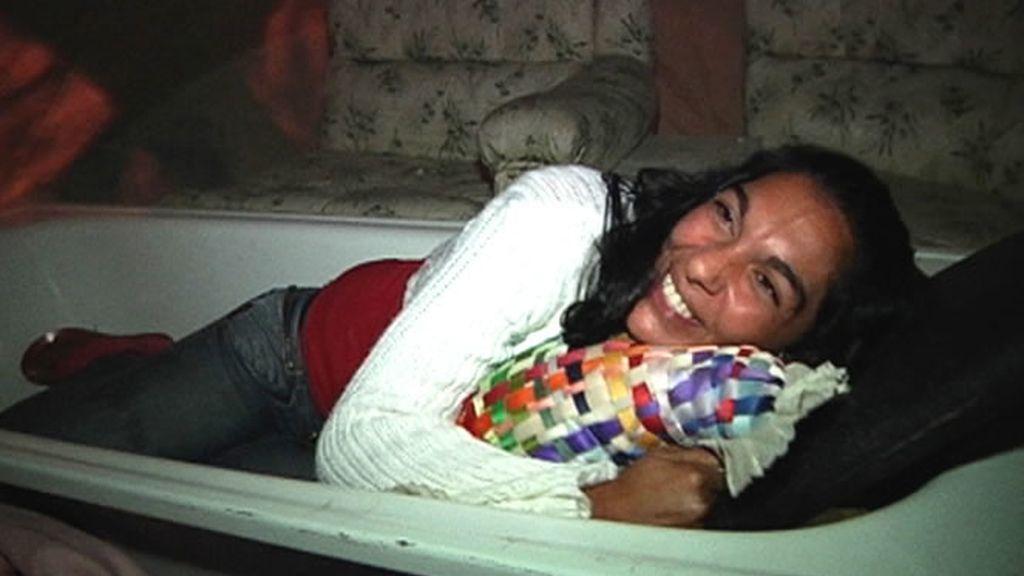 Una mujer duerme en una bañera
