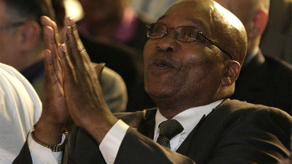 Zuma dando gracias por su victoria