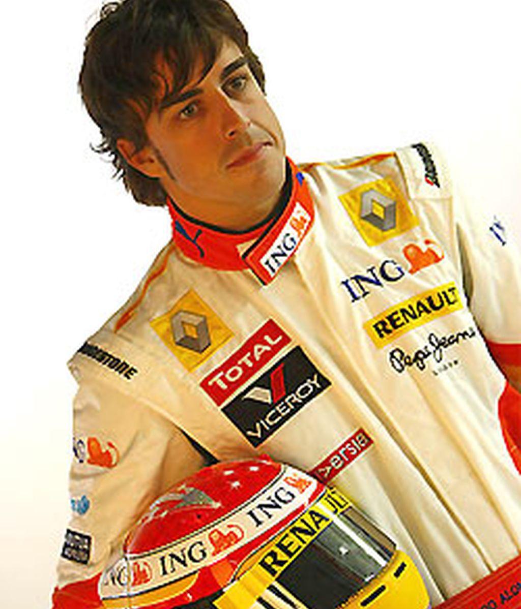 Alonso, posando con su nuevo casco para las instantáneas del equipo. FOTO: Renault.