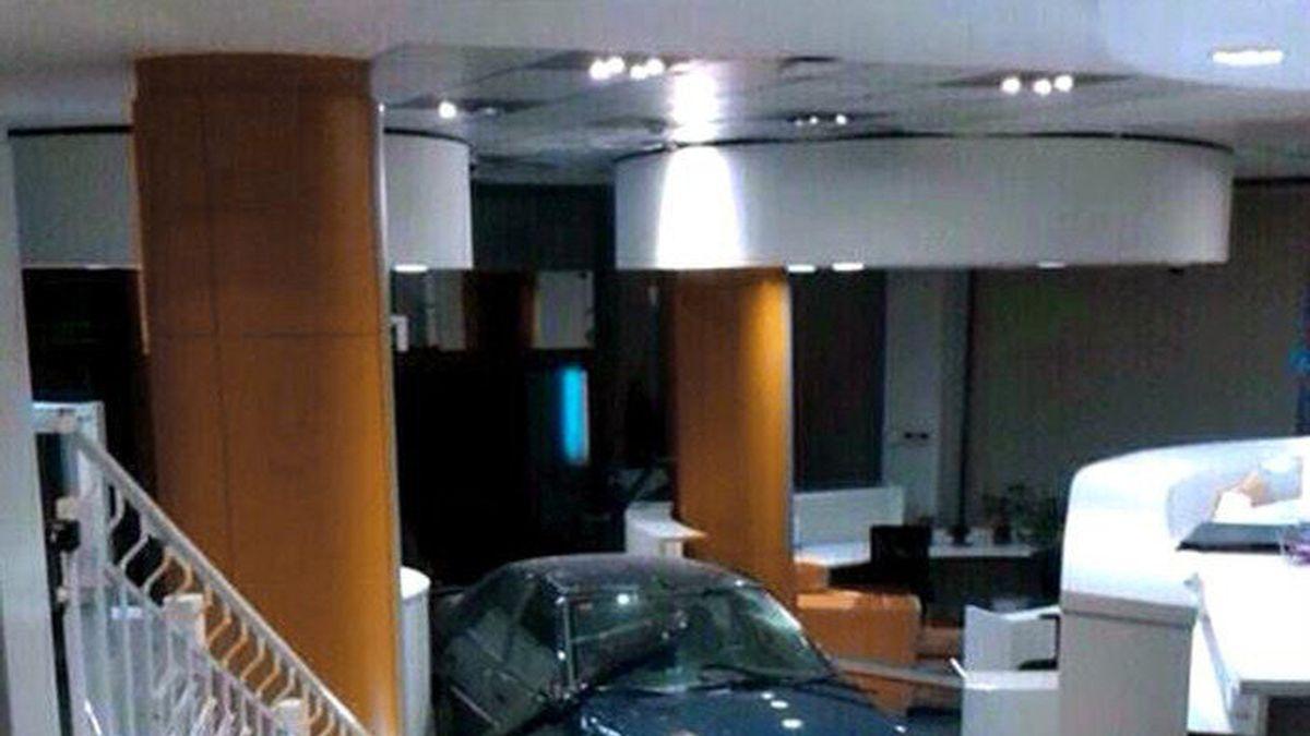 Coche empotrado en la sede nacional del PP en la calle Génova de Madrid