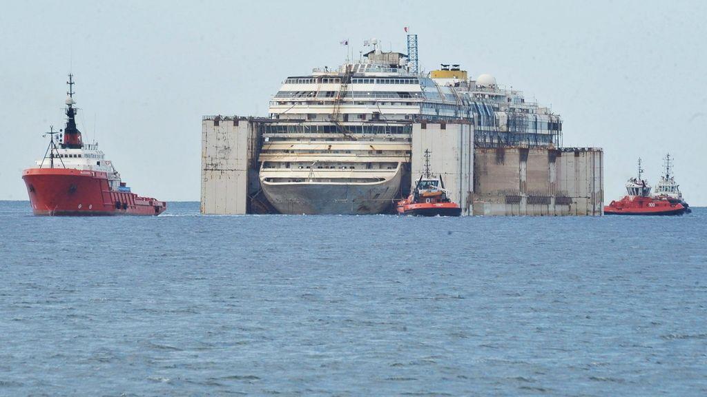 El 'Costa Concordia' se aproxima al puerto de Génova, donde será desguazado