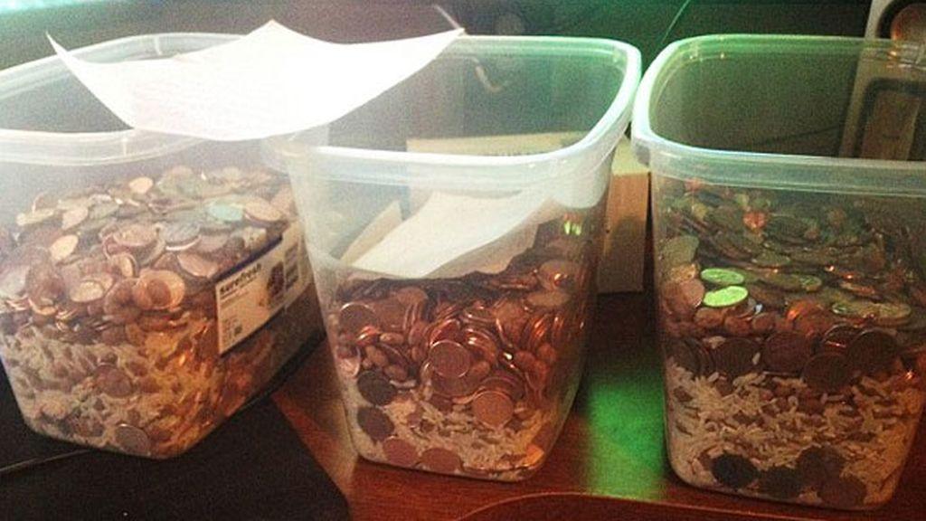 Una mujer paga el acuerdo de divorcio en monedas mezcladas con arroz y judías