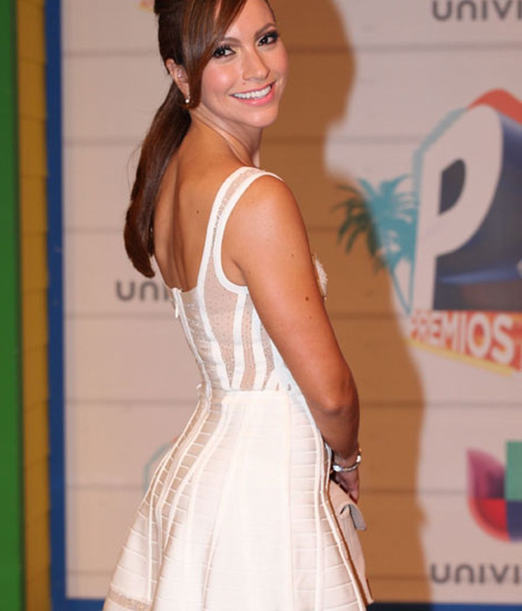 La presentadora Satcha Pretto también llevó un vestido blanco