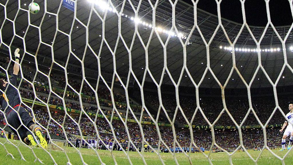 Casillas se tira al lado hacia el que va el penalti de Bonucci