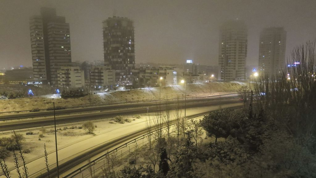 La nieve cubre el nudo de Manoteras en Madrid