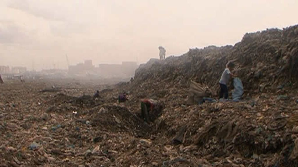 Niños buscando entre los escombros