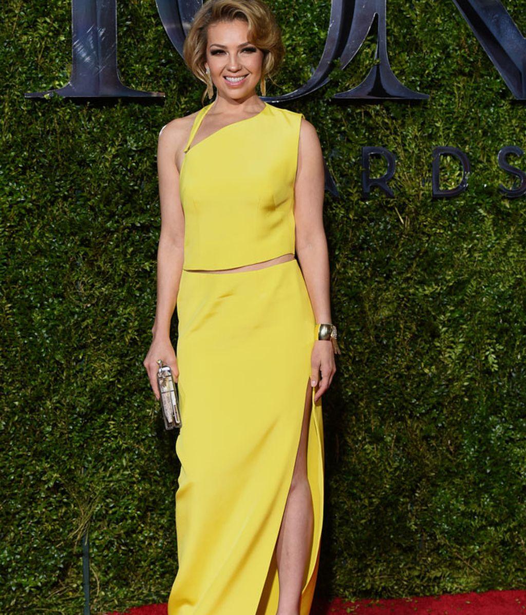Thalia posó con un vestido amarillo de escote asimétrico y zapatos color nude