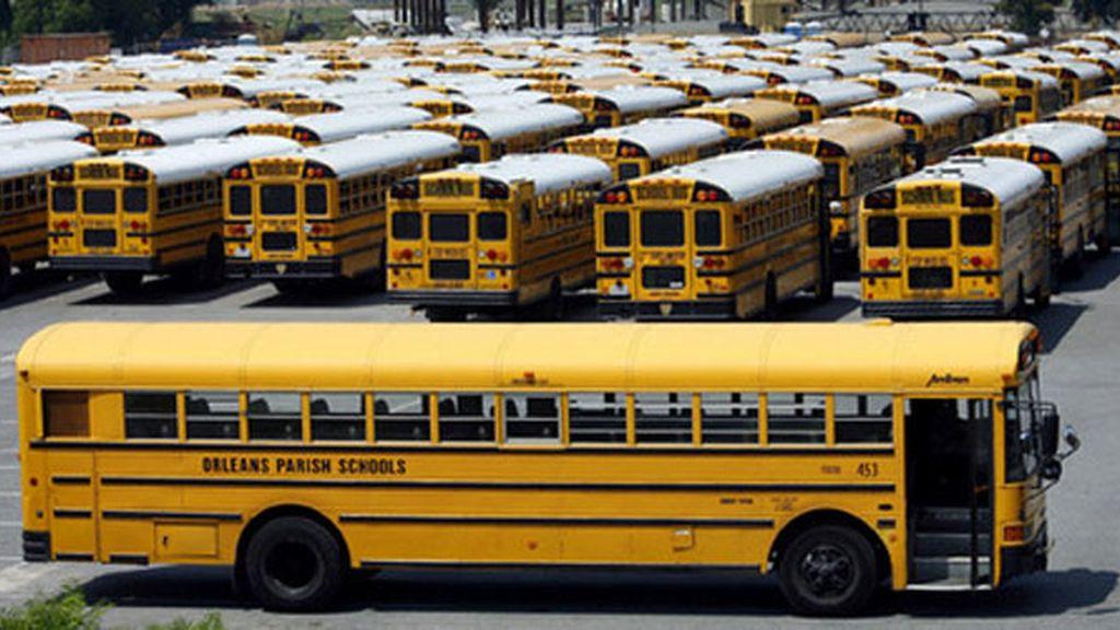 Autobuses escolares para evacuar la ciudad