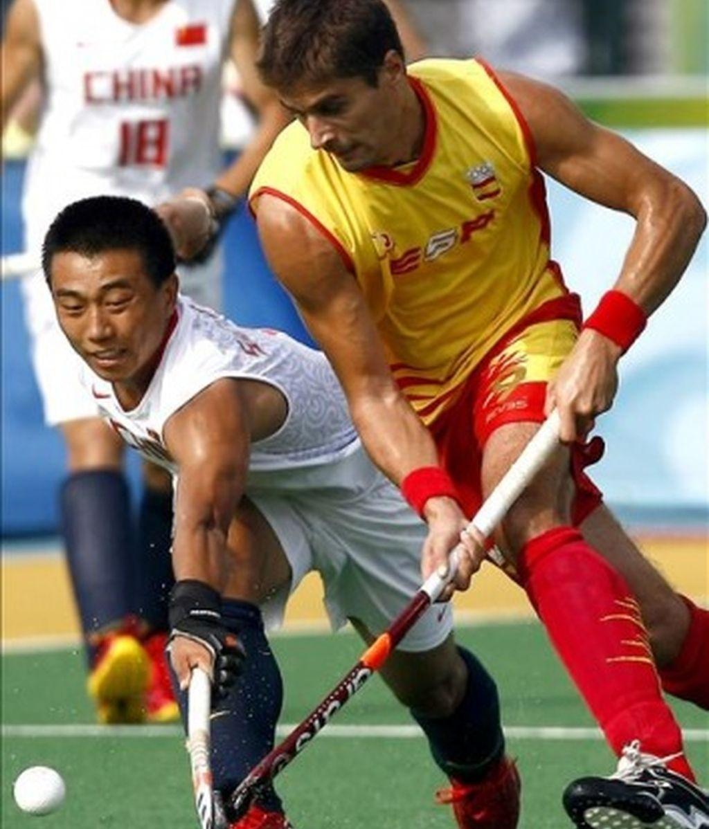 España mantiene el liderato tras vencer a China por 2-1