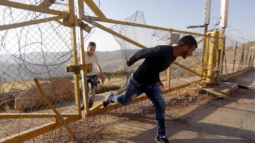 Palestinos atraviesan la valla de Belén para ir a rezar a la mezquita de Al Aqsa