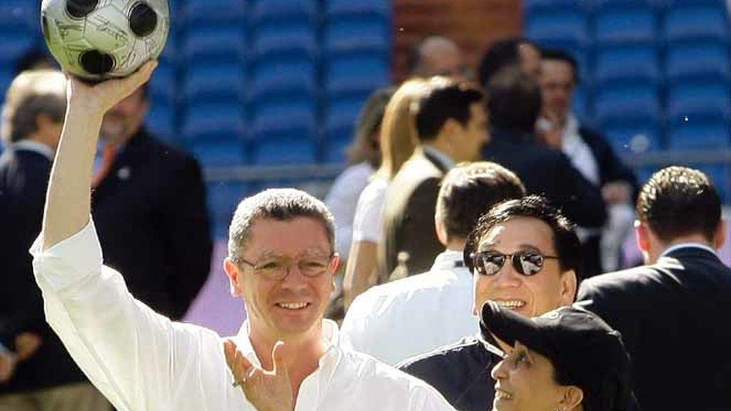 Gallardón con el COI en el Bernabéu