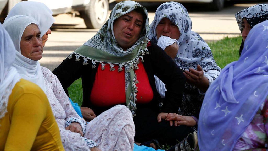 Familiares de los fallecidos en el atentados en una boda en Turquía lloran su muerte