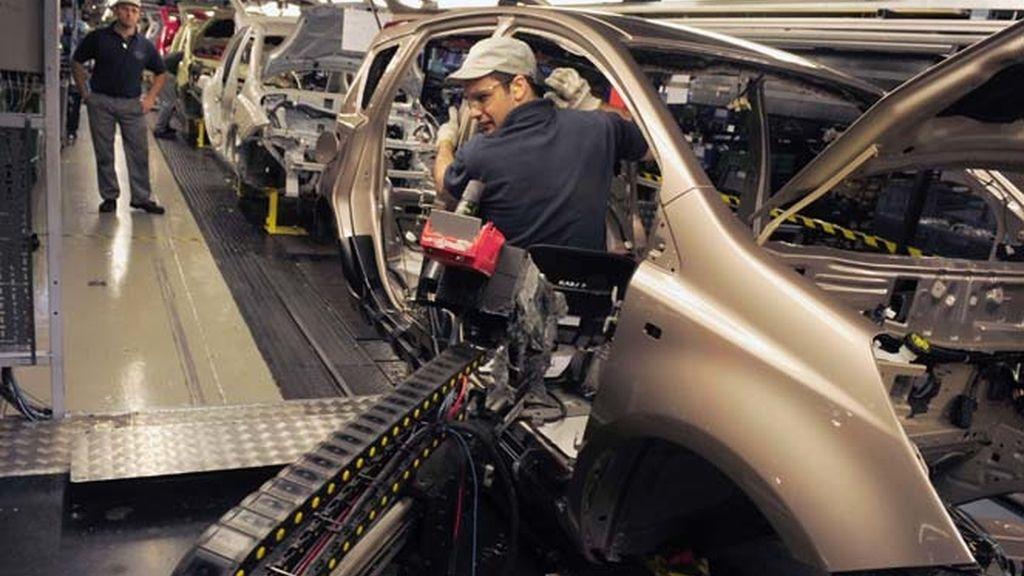 Un empleado trabaja en la cadena de producción de Nissan en Washington