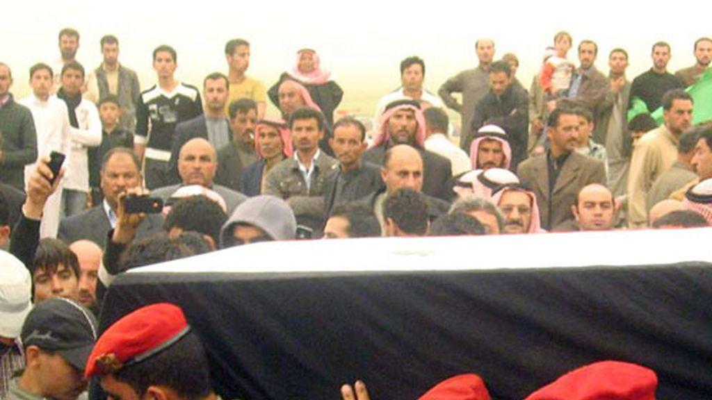 Fotografía cedida ayer por la agencia de noticias siria SANA del funeral de un sargento del ejército Abdullah Ahmed Youssef en la norteña provincia de Hasaka, Siria.