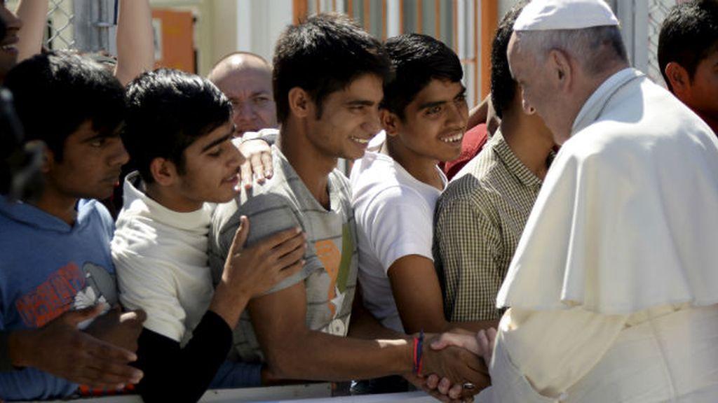 Refugiados dan la bienvenida al Papa en Lesbos