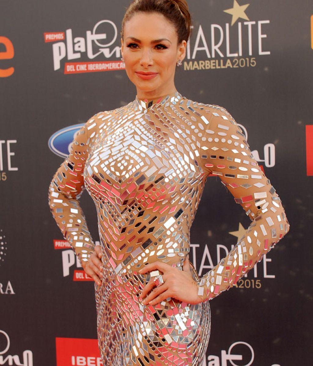 La actriz Patricia de León con vestido de espejos