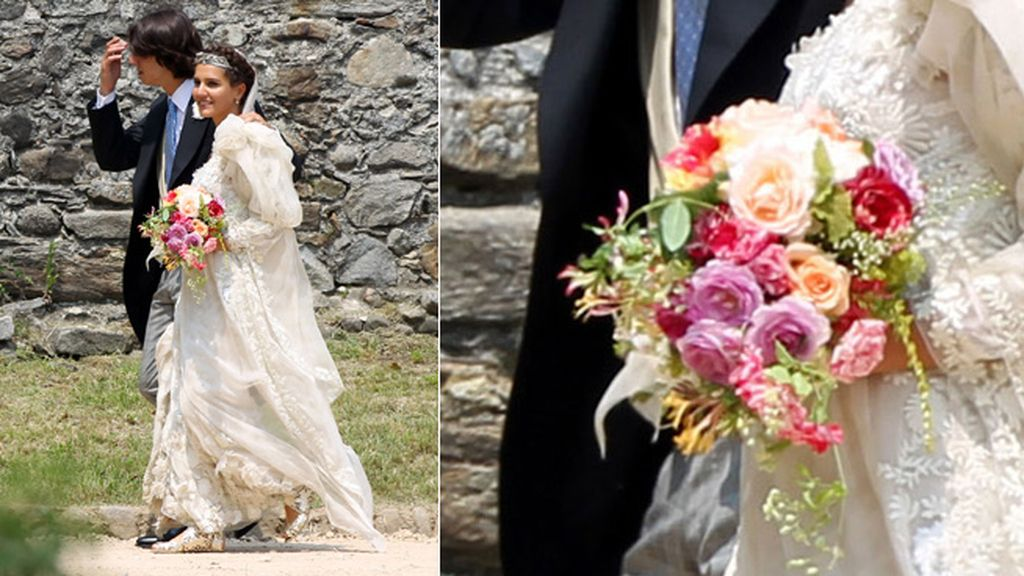 Llevaba un vestido blanco salpicado de flores azules