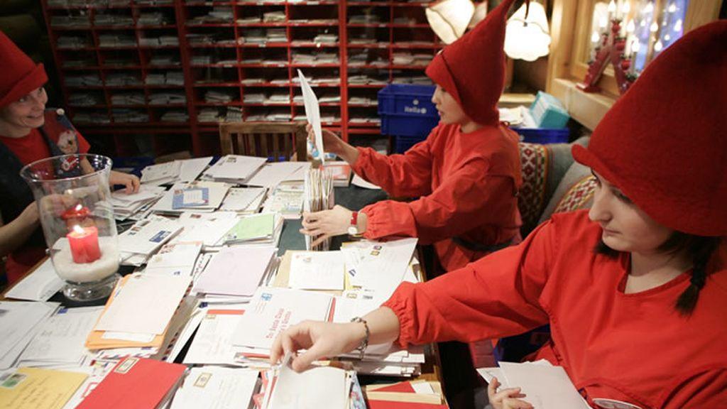 Los ayudantes de Santa Claus revisan todas las cartas enviadas por los niños