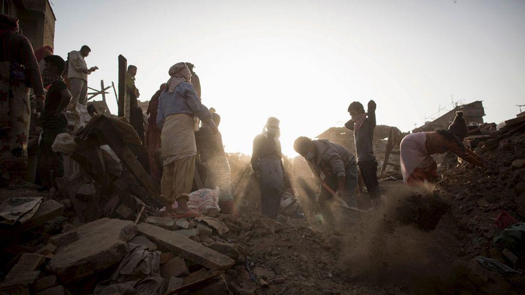 España envía a un equipo de rescate a Nepal para buscar a 59 españoles