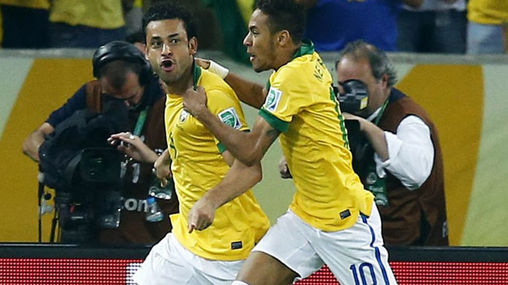 Neymar celebra con Fred el tanto de Brasil