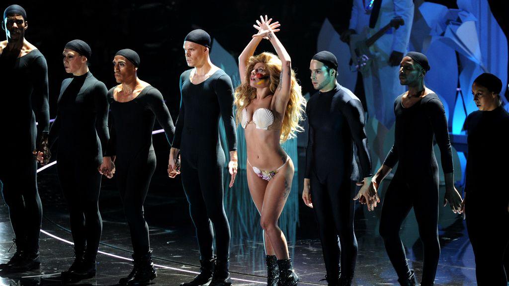 Lady Gaga deleita con 'Applause' en los MTV Awards