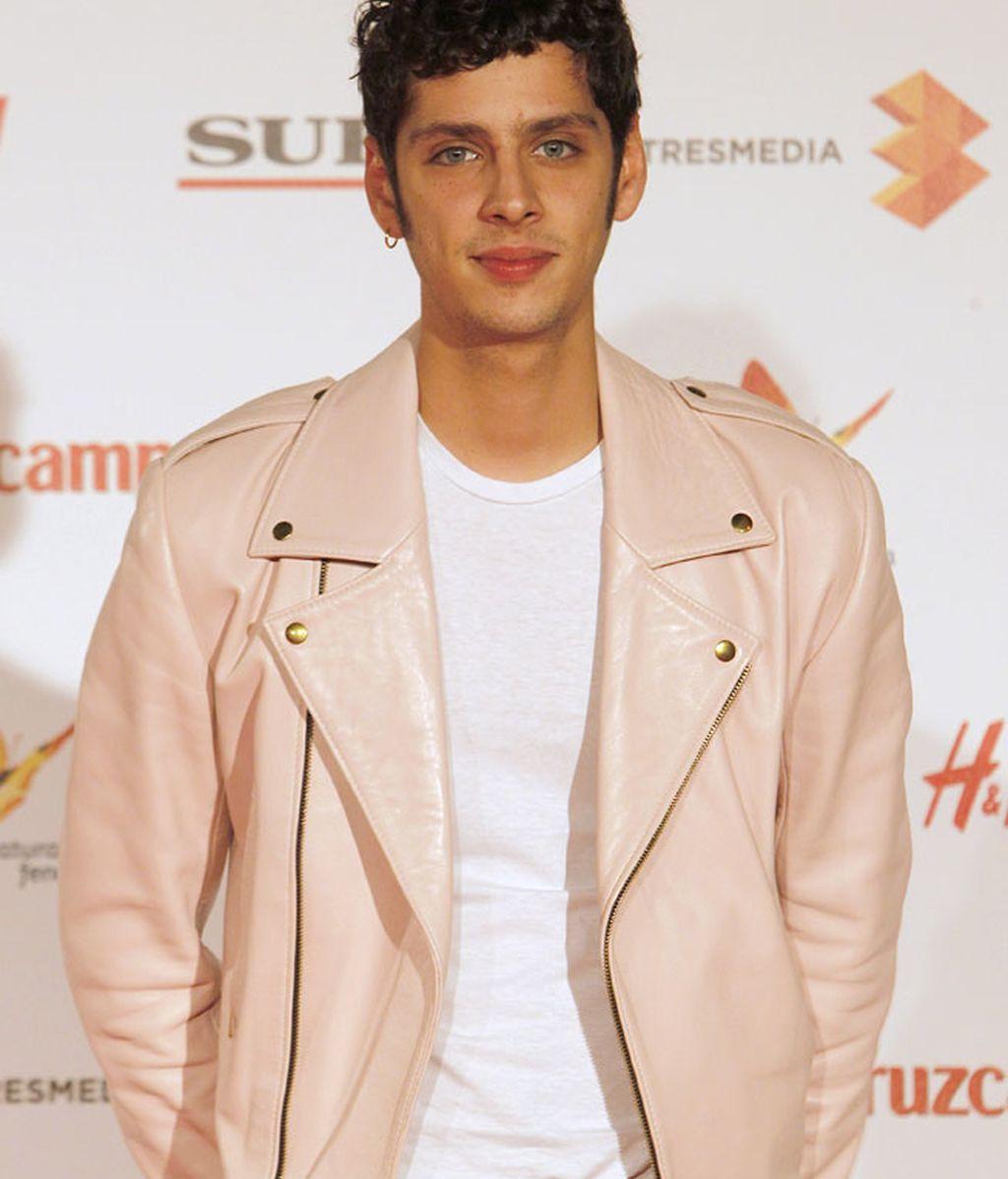 Eduardo Casanova, luciendo chupa de cuero en tono rosa pastel