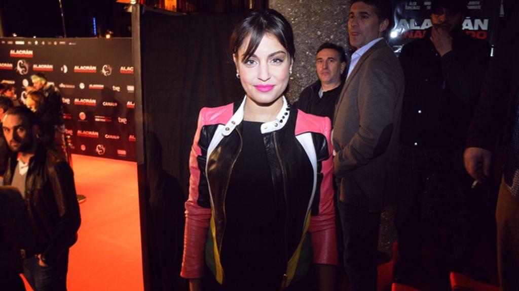 Hiba Abouk a su llegada al cine Callao con su chaqueta de Roberto Cavalli
