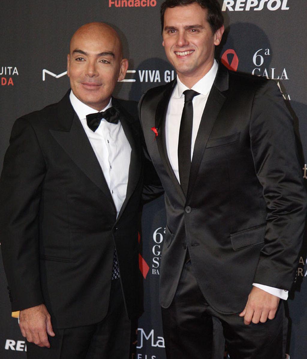 El político Albert Rivera y Enrique Sarasola, ambos con traje negro