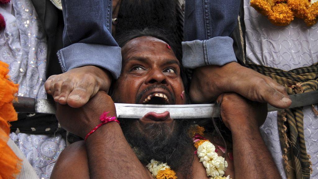 Un faquir realiza una demostración durante la celebración del festival Urs en la India