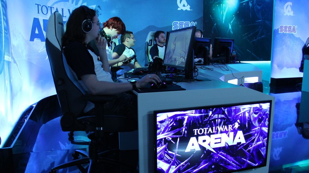 Jugadores y 'youtubers' enseñan el nuevo juego a los aficionados
