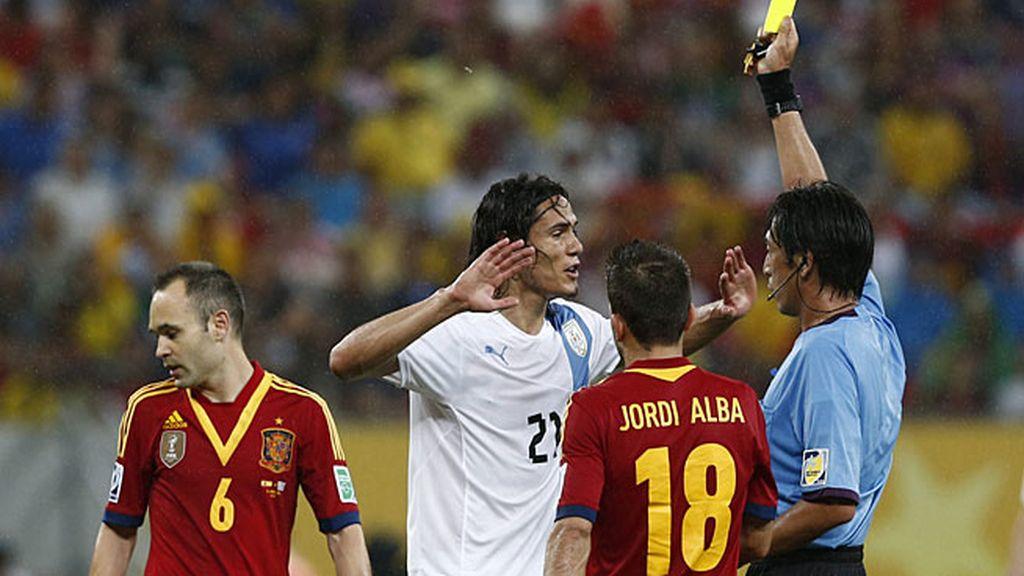 Cavani vio la amarilla por soltar el codo en un salto con Ramos