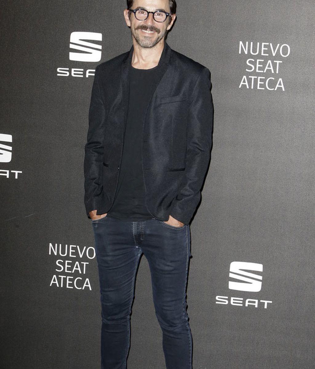 Santi Millán optó por el negro con vaquero y aire 'casual'