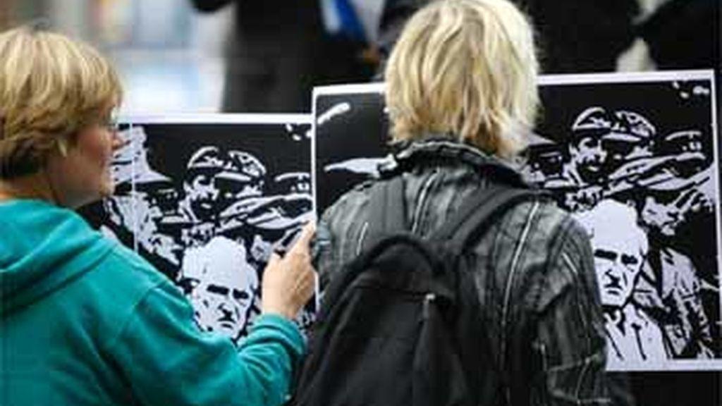 Personas protestando ante el tribunal penal de Munich en protesta contra el ex militra nazi Josef Scheungraber