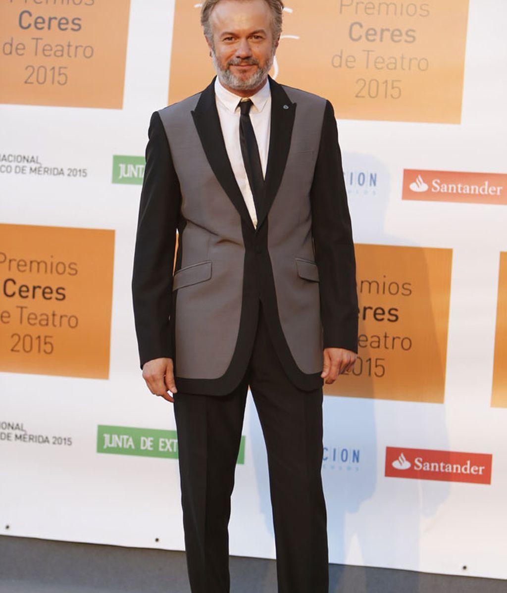 Tristán Ulloa, con traje simétrico black&white