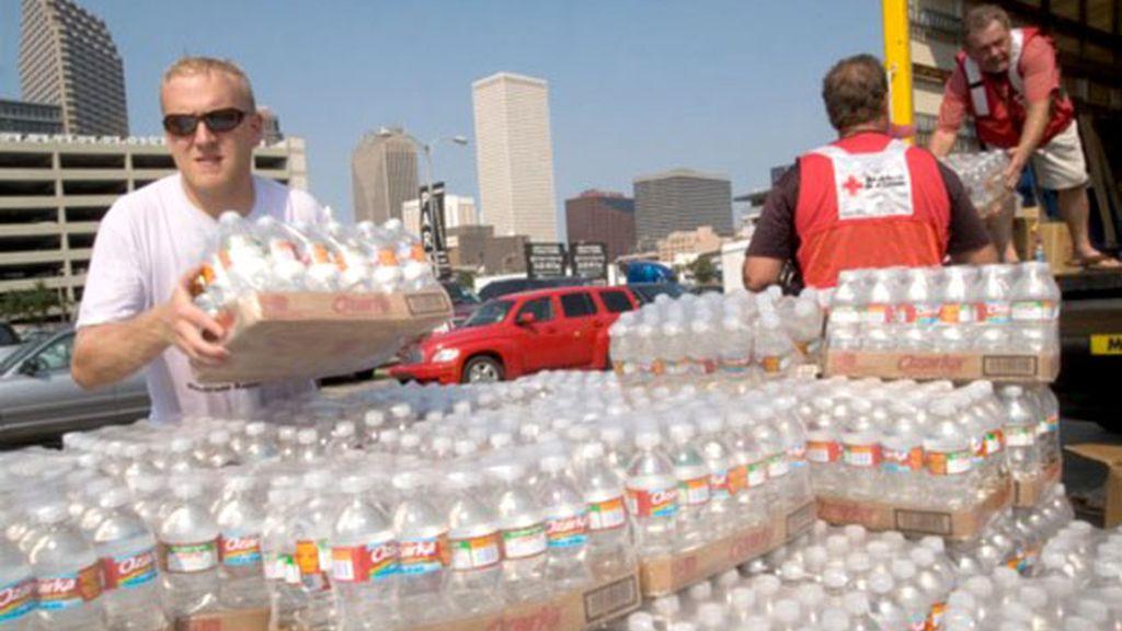 La Cruz Roja reparte agua para las esperas