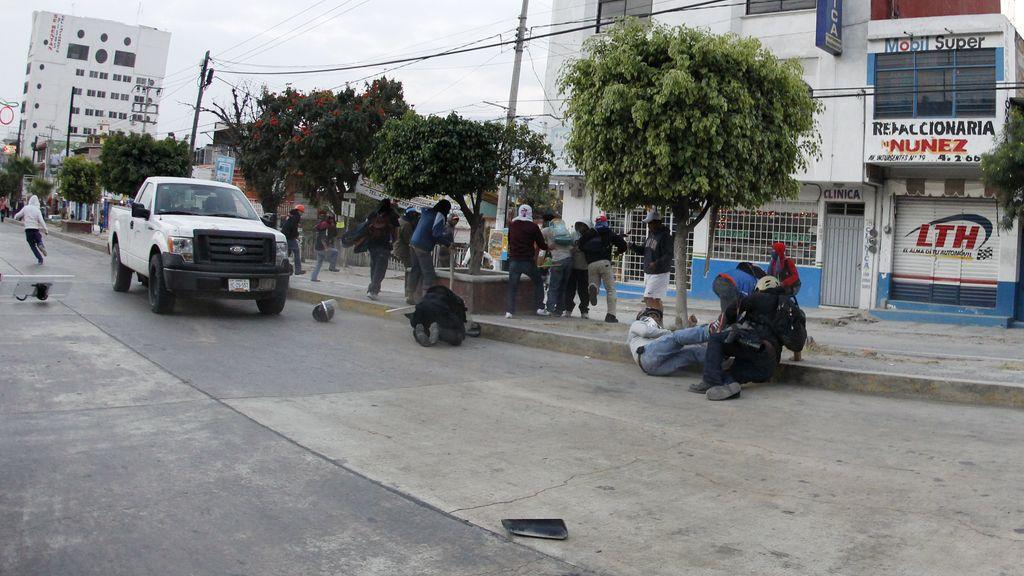 Al menos seis policías heridos en el enfrentamiento con 'normalistas' antes del concierto por los desaparecidos en México